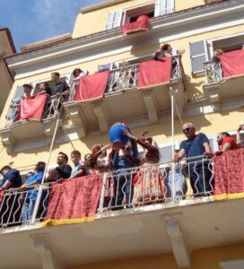 Ostern auf Korfu: Die Familien versammeln sich auf den Balkonen