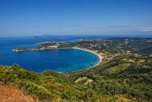 Bucht von Agios Georgios Pagi mit dem Honigtal