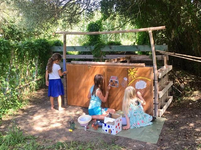 Kinder bemalen den Kompost