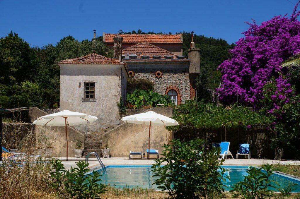 amilienurlaub-Algarve-Portugal-Quinta-Monchique-Haupthaus-und-Pool
