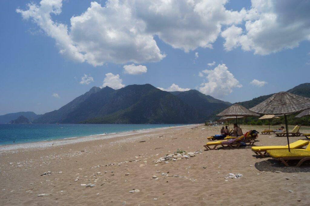 Liegen am Sandstrand mit Berg im Hintergrund