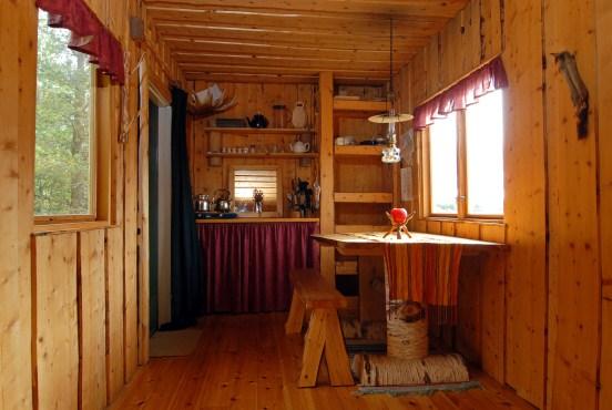 inneneinrichtung aus holz im bauwagen im wildnisdorf schweden