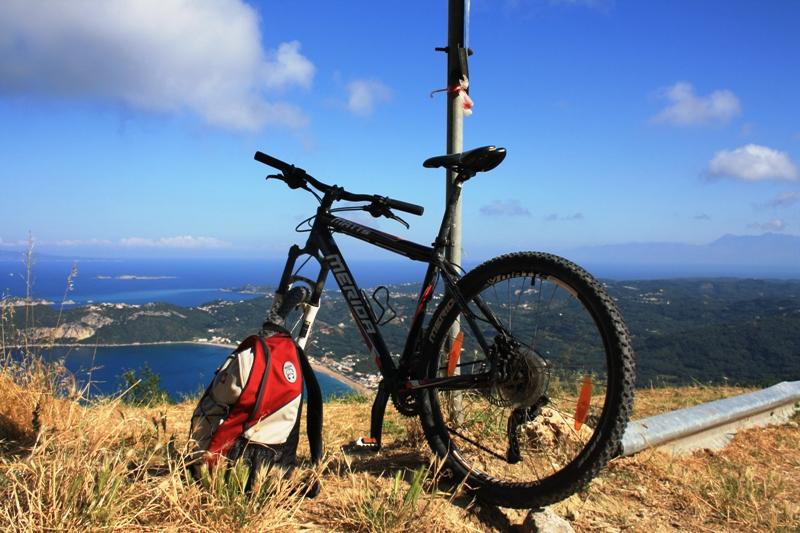 Moutainbike auf Berg in Korfu