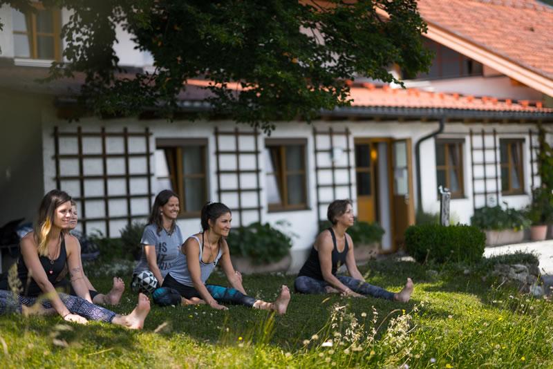 Frauen machen Yoga im Freien