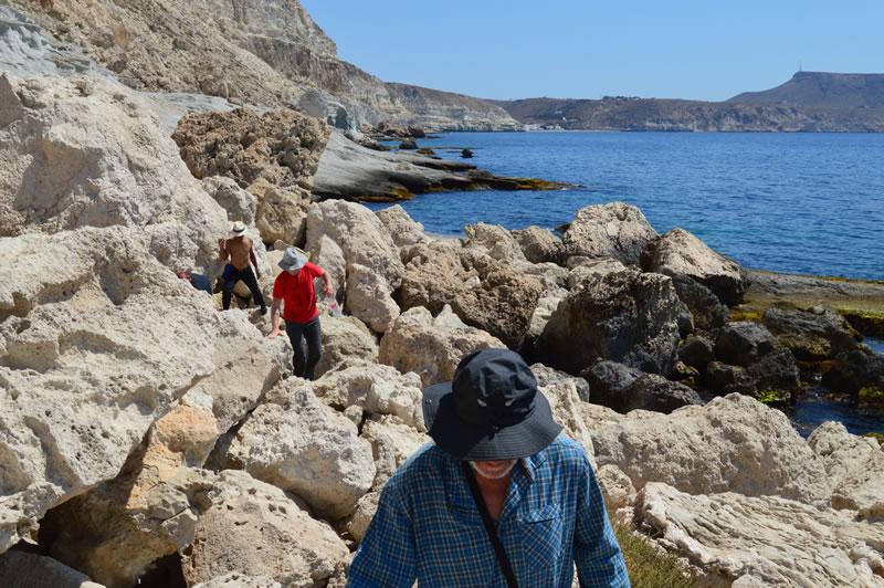 Menschen wandern über Felsen am Meer