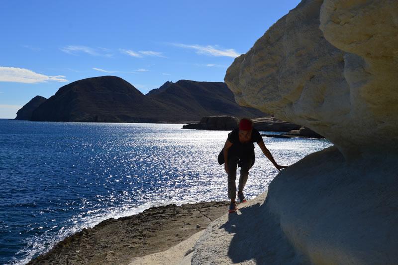 Frau wandert entlang der Küste