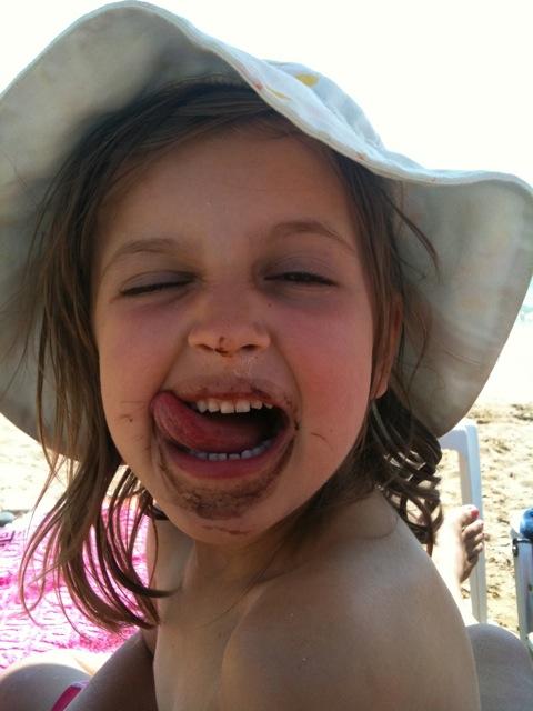 Glückliches Melonen-Kind am Strand
