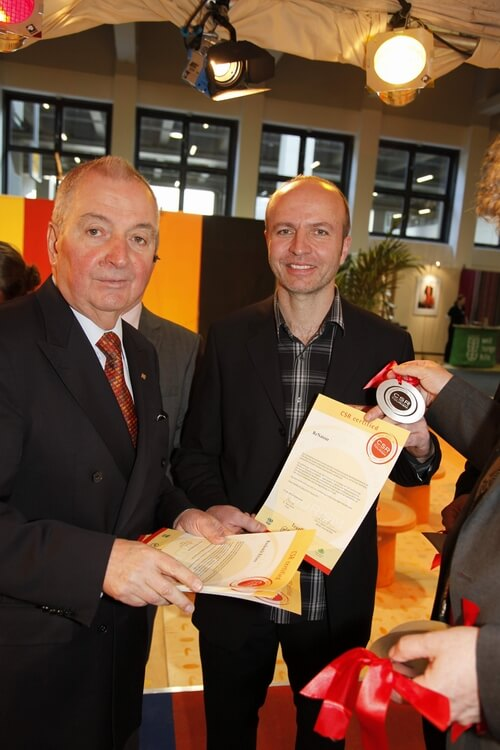 Der ehem. UNEP-Direktor und Umweltminister Klaus Töpfer übergibt ReNatour die CSR-Urkunde