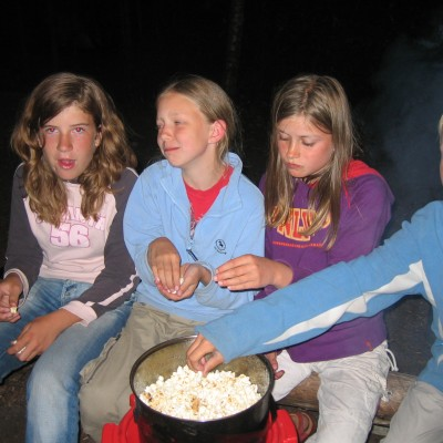 Popcorn am Lagerfeuer.
